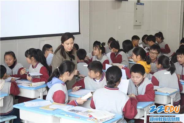 郑州市扶轮外国语学校张蕾正在授课