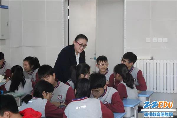 中牟县晨阳路学校李亚璇老师正在授课