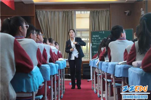 中牟县晨阳路学校单沿沿老师正在授课