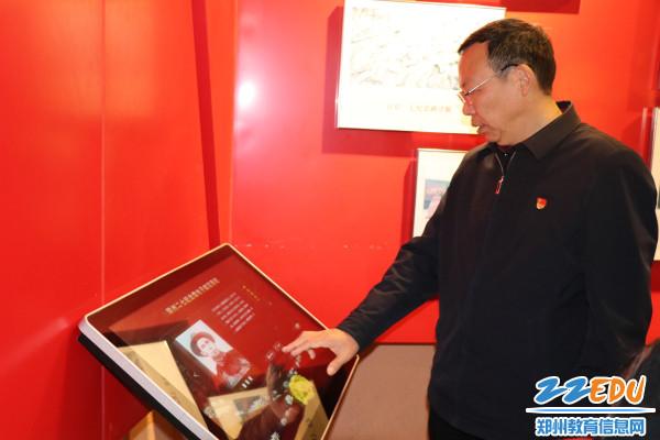 3.党委书记马金良用电子献花系统向先烈献花