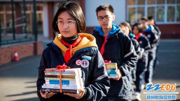 7.学生代表捐赠图书