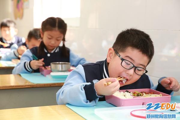 4孩子就餐