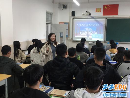 老师在辅导唱歌