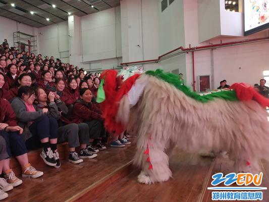 舞狮表演与学生互动1