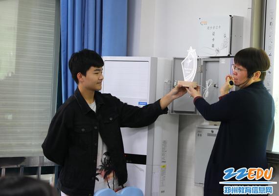 常瑞芳老师向家长和学生展示定制奖杯