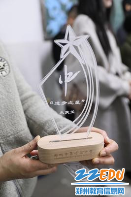 由学校机器人社团设计制作的奖杯
