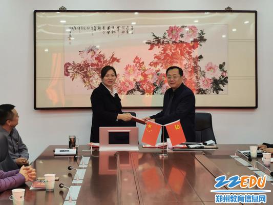 党委书记魏勇为家长委员会成员颁发聘书