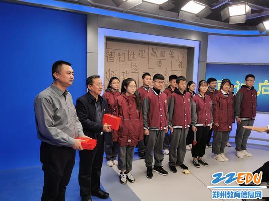 党委书记魏勇、副校长倪海军为学习标兵颁奖