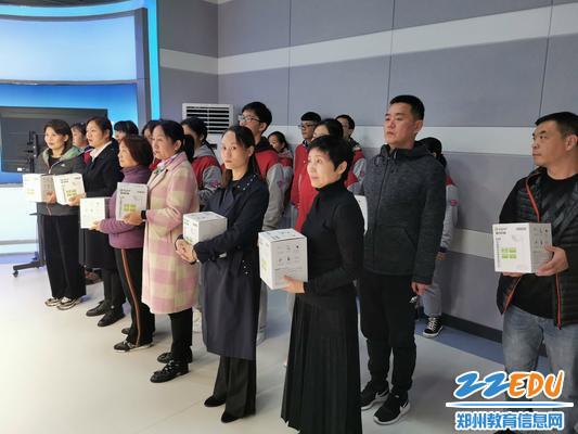 家长代表走进校园电视台为学生颁奖