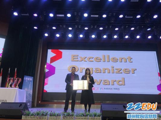 刘继勋副校长接受ASDAN中国办公室授予学校的最佳组织者奖牌1