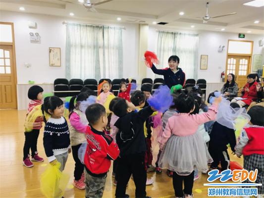 图片2.赵莹老师带小朋友玩游戏《咿呀咿呀呦》