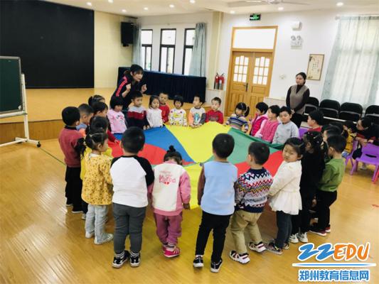 图片3黄星星老师带小朋友一起玩音乐游戏《青蛙躲猫猫》