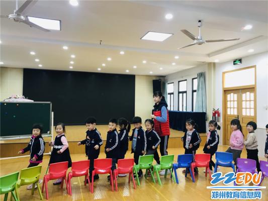 图片4姜晗潇老师带中班小朋友玩音乐游戏《谁是小熊》