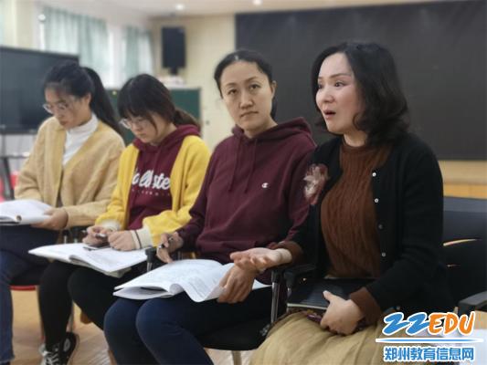 图片7.市实验幼儿园党总支书记张莉对青年教师的优质课做点评