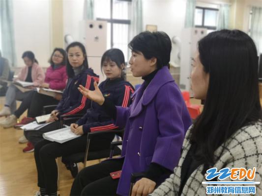 图片8.市实验幼儿园郝江玉园长对青年教师优质课进行点评