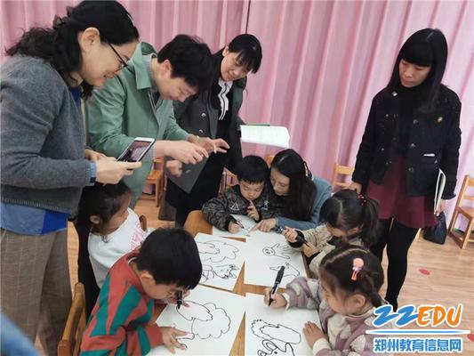 3.工作室成员观看小朋友绘画