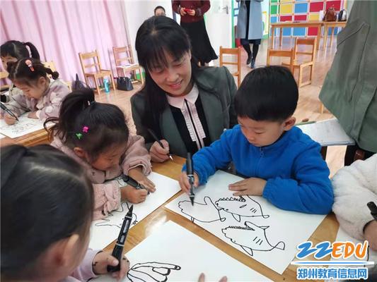 4.陈春与小朋友互动