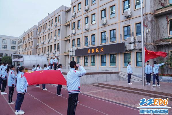 1郑州31·103中学举行升旗仪式暨2022级班旗展示仪式