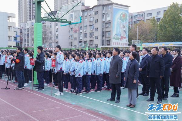 2学校领导教师认真观赏聆听班旗展示