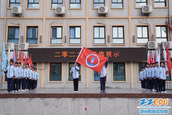 3各个班的班旗依次展现在师生面前
