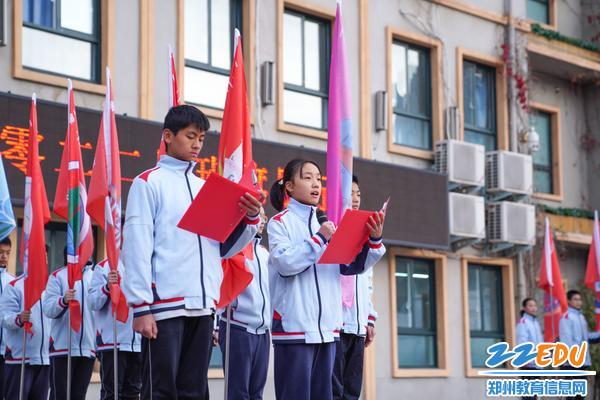 5学生代表分别向大家解释每面班旗的寓意