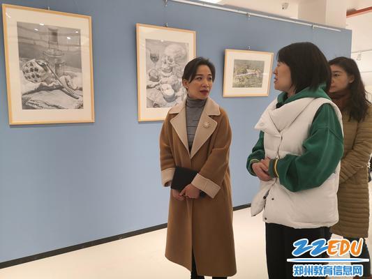 在美术展厅参观学生作品