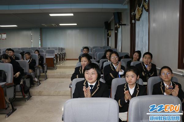学生团员非常振奋,集体鼓掌喝彩
