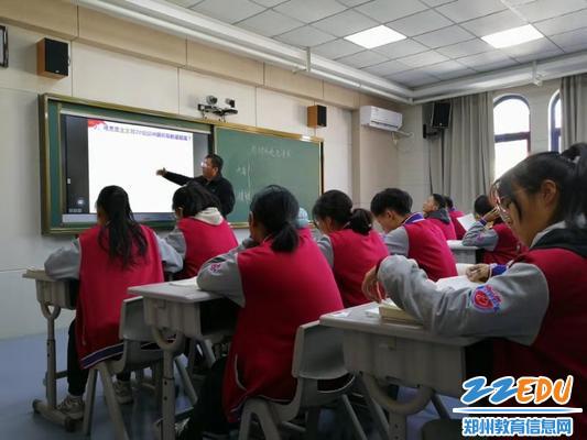 袁老师参与到学生的讨论中