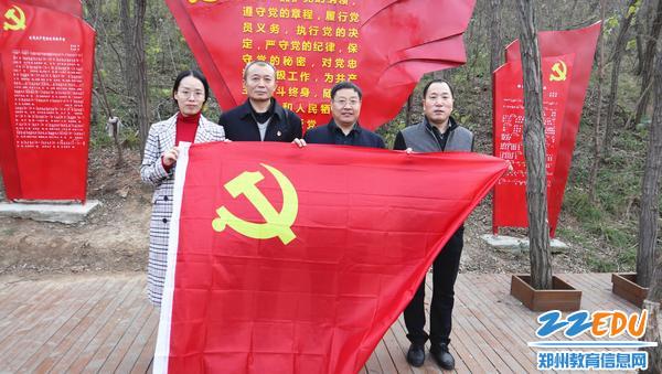 11月22日,市教科所党员同志前往上街区开放式组织生活基地参观学习。