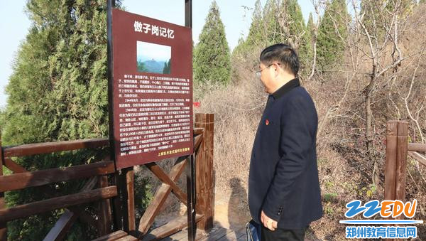 """11月22日,市教科所党支部书记张五敏在""""红色小道""""学习。"""