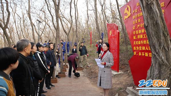 11月22日,市教科所党员陈晨为大家讲述红色故事。
