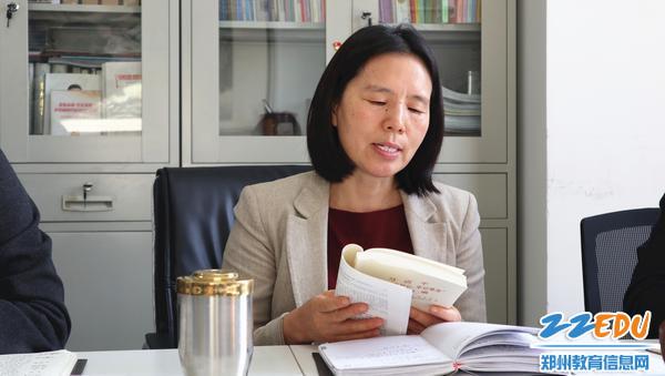 11月25日,市教科所理论学习交流会上支部副书记王艳荣领学。