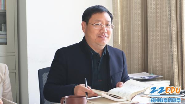 11月25日,市教科所理论学习交流会上支部书记张五敏讲话。