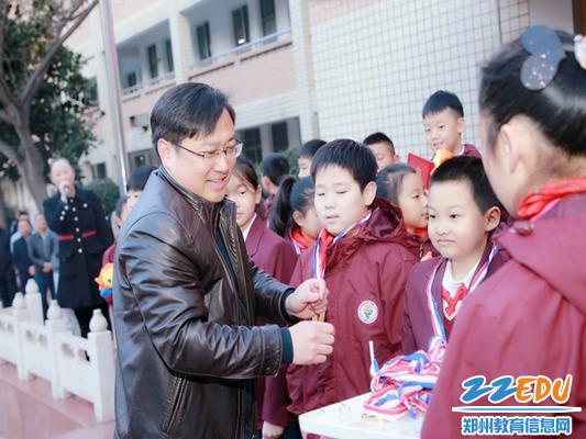 2区教体局副局长胡培林受邀为冠军班级颁奖