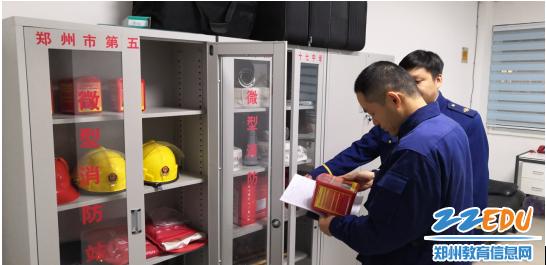 督导组查看学校微型消防站设施设备