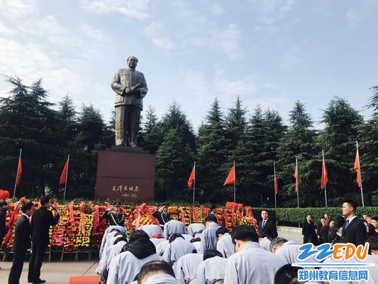 向毛泽东铜像深鞠躬