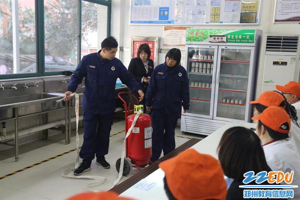 消防指导员李岩示范如何正确使用灭火设施