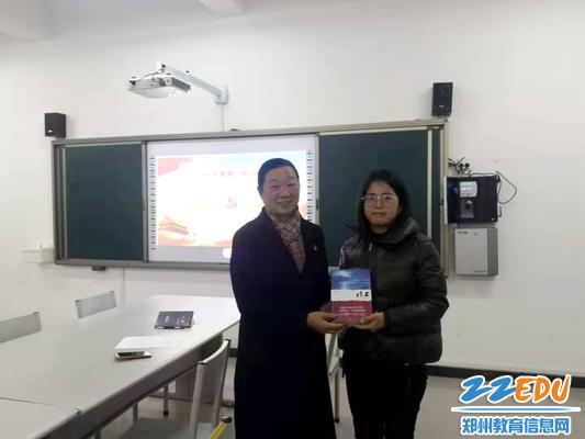 8.106中学党委书记、校长苏芳为获奖老师颁发奖品