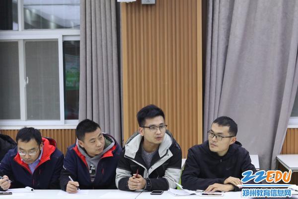 青年教师代表燕红峰在表达自己的职业发展方面的困惑
