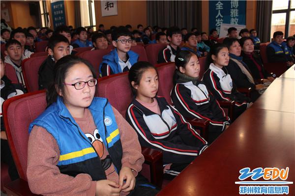 3现场学生听得聚精会神