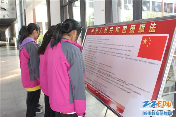 5在宣传展板前,师生积极学习《国旗法》知识1