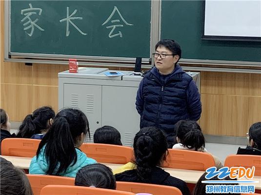 1.新疆部主任孙严帮助学生疏导学习压力问题