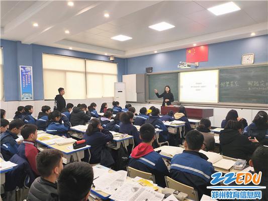 """3.新疆班学生在""""代理爸妈""""的陪伴下分享学习生活"""