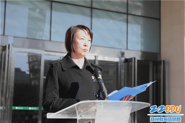 4.副校长张磊带领师生集体诵读了《中华人民共和国宪法》的部分内容