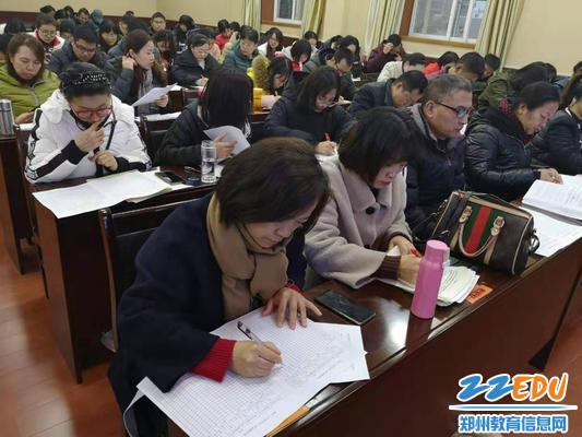 党员群众填写《党员民主评议测评表》