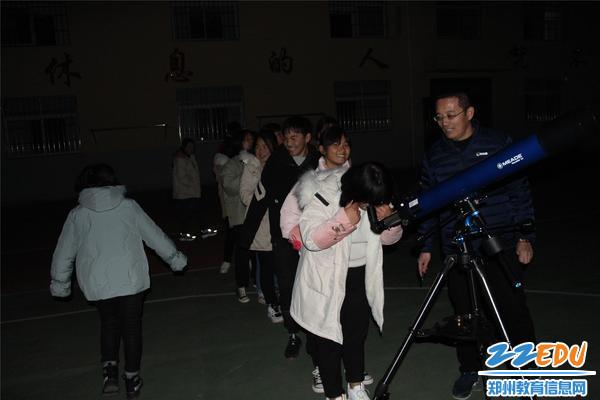 杨林和解真品老师一起指导九年级学生进行天文观测