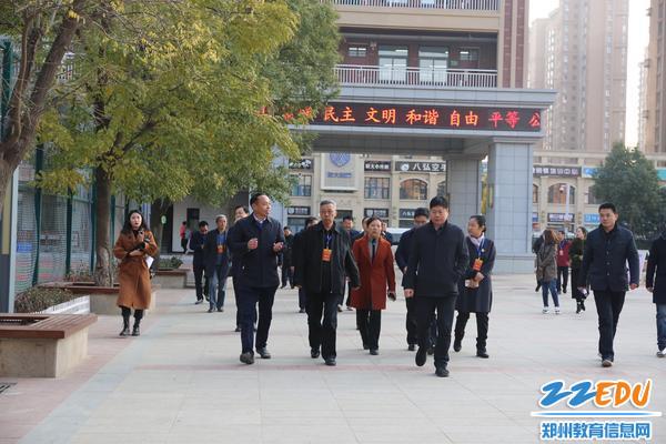 郑州市人大代表一行视察郑州龙门实验学校