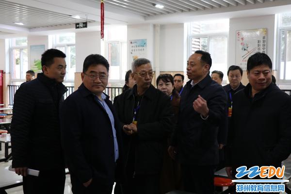 区教体局副局长王德峰向市人大代表一行作详细汇报