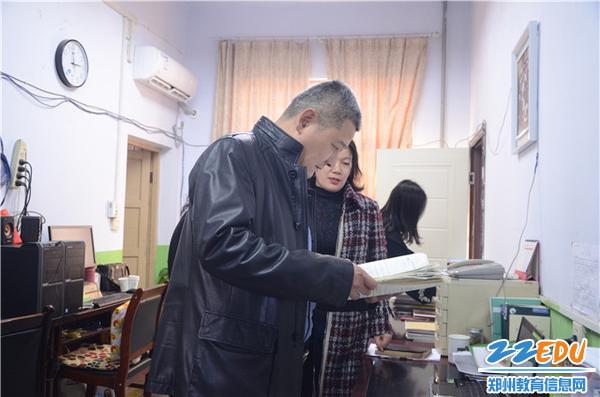 局长杨晓东深入教育一线进行调研2_副本