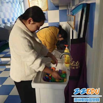 学生在园内进行教学工具清洁